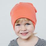 Удлиненная шапка кораллового цвета